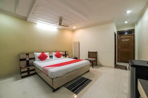 A bed or beds in a room at OYO 23649 Hotel Anand
