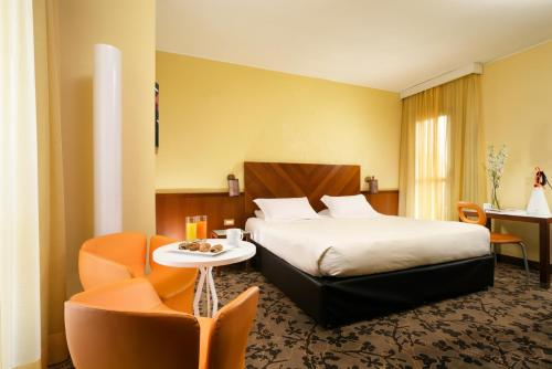 A bed or beds in a room at UNAHOTELS Mediterraneo Milano