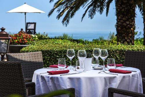 A restaurant or other place to eat at Hôtel La Réserve