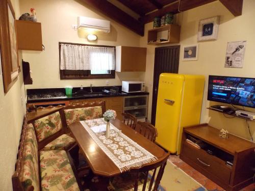 A kitchen or kitchenette at Chalé no Centro de Canela