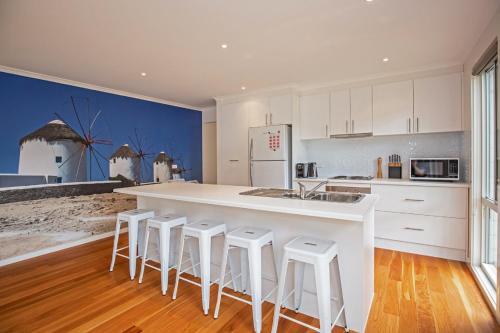 A kitchen or kitchenette at Bay Breeze Retreat