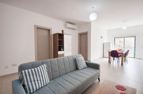 Coin salon dans l'établissement Bright 2 Bedroom Apartment - Free Wifi