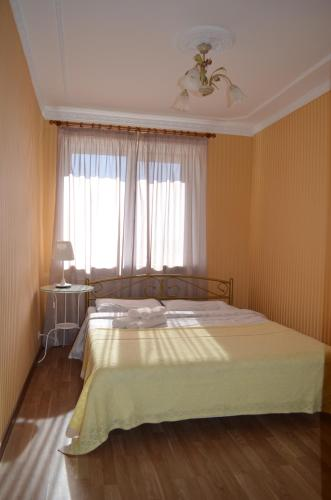 A bed or beds in a room at Apart na Himnaziinoi naberezhnii