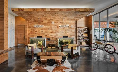 A restaurant or other place to eat at Epicurean Hotel, Autograph Collection