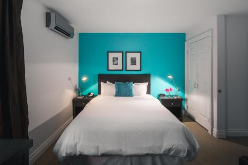 A bed or beds in a room at Hometel on Signal Hill