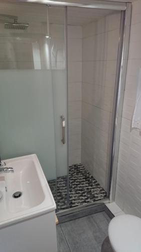 A bathroom at La carole