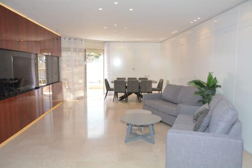 Area soggiorno di Renovated 3 Bedroom - Residence with Pool next the Beach