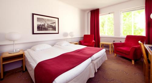 A bed or beds in a room at Clarion Collection Hotel Bolinder Munktell