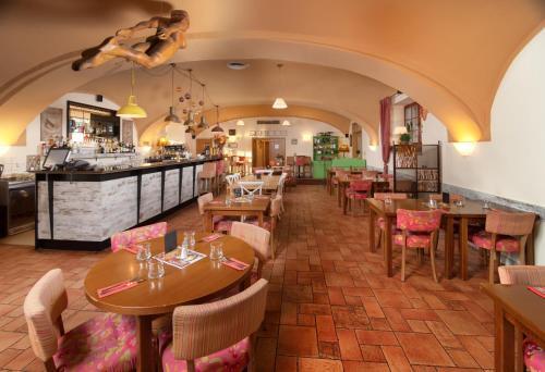 Ein Restaurant oder anderes Speiselokal in der Unterkunft Hotel Chvalská Tvrz