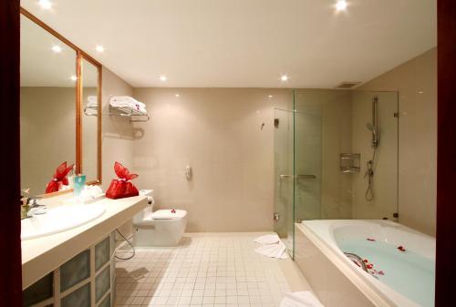 A bathroom at Mom Tri's Villa Royale