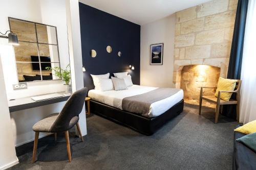 A bed or beds in a room at Hôtel La Cour Carrée Bordeaux Centre