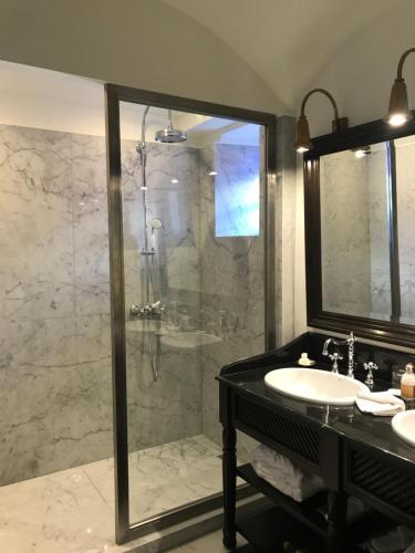 A bathroom at Heure Bleue Palais - Relais & Châteaux