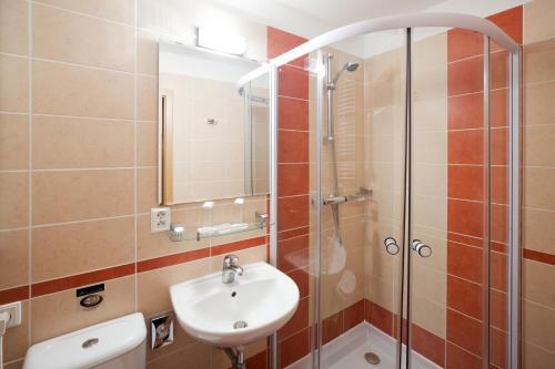 Koupelna v ubytování Pytloun Wellness Travel Hotel