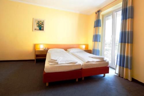 A bed or beds in a room at Euro Youth Hotel & Krone