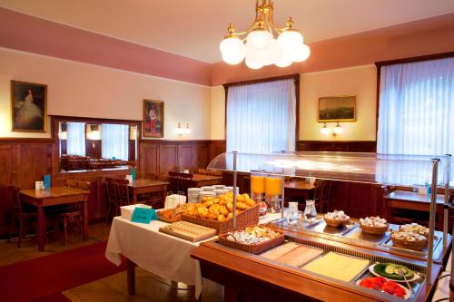 A restaurant or other place to eat at Euro Youth Hotel & Krone