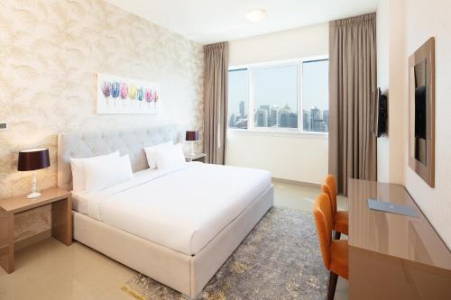 Een bed of bedden in een kamer bij Barceló Residences Dubai Marina