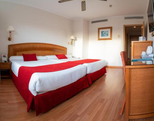 Säng eller sängar i ett rum på Senator Marbella Spa Hotel