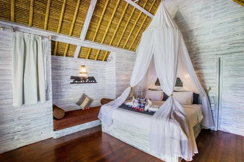 A bed or beds in a room at Bay Shore Huts