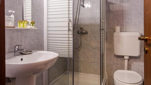 A bathroom at Hotel Herastrau