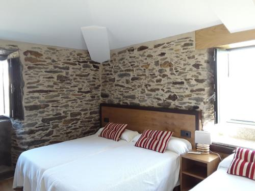 A bed or beds in a room at Pension Albergue Alborada