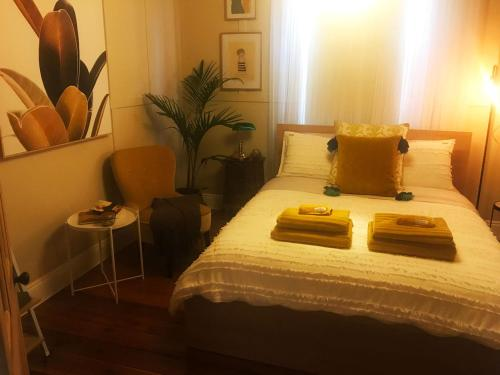 A bed or beds in a room at Inner City Hideaway - CBD