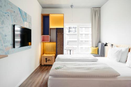 A bed or beds in a room at Hotel Schani Wien