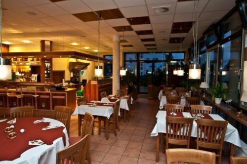 Ein Restaurant oder anderes Speiselokal in der Unterkunft Hotel Manu