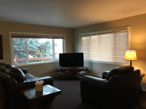 A seating area at Lakeshore Inn & Suites