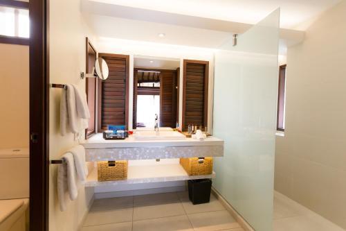 A bathroom at Manava Beach Resort & Spa Moorea