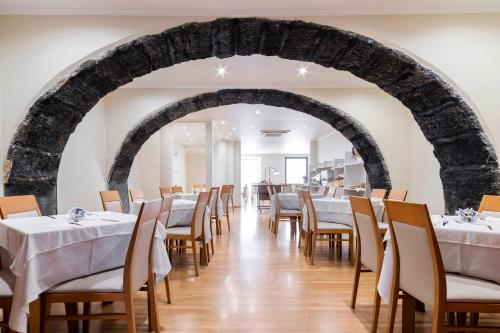 A restaurant or other place to eat at Hotel Comfort Inn Ponta Delgada