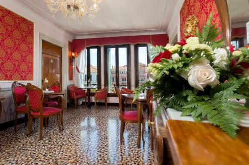 Um restaurante ou outro lugar para comer em Antica Locanda Sturion Residenza d'Epoca