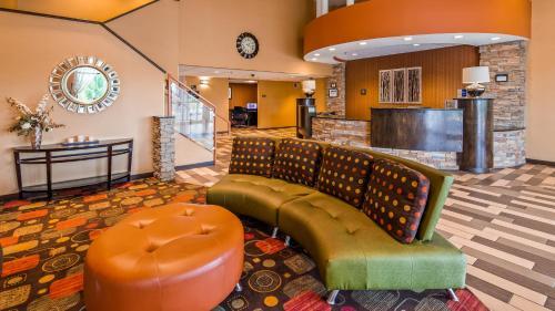 The lobby or reception area at Best Western Luxbury Inn Fort Wayne