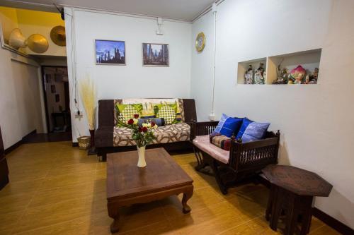 A seating area at Baan Gaysorn Hostel
