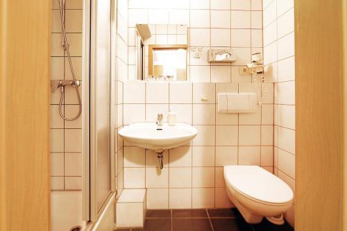 A bathroom at bestprice Hotel Aachen City