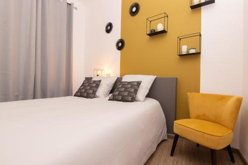 A bed or beds in a room at Sleep in Rodez Appartement Place Foch Centre Historique-Vieux Rodez
