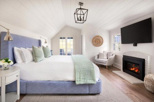 A bed or beds in a room at Hideaway Santa Barbara, A Kirkwood Collection Property