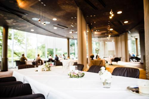 A restaurant or other place to eat at Romantik Parkhotel Wasserburg Anholt