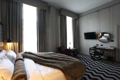 A bed or beds in a room at Hotel Gotham