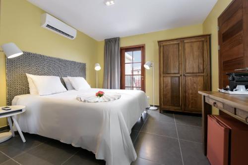 Een bed of bedden in een kamer bij Livingstone Jan Thiel Resort