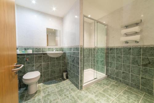 A bathroom at Inverness Lochardil House
