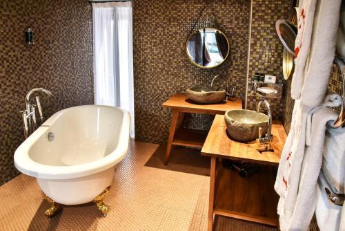 A bathroom at Le Temple De Jeanne