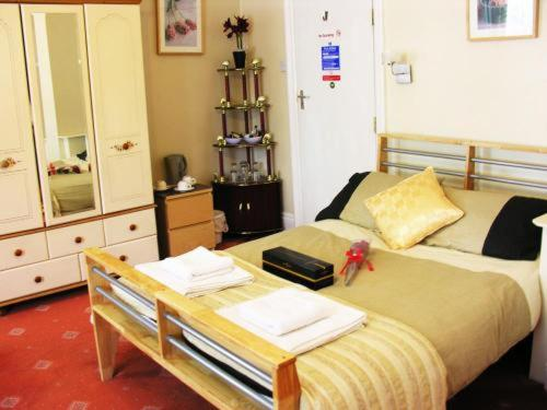 A bed or beds in a room at Park View Guest House