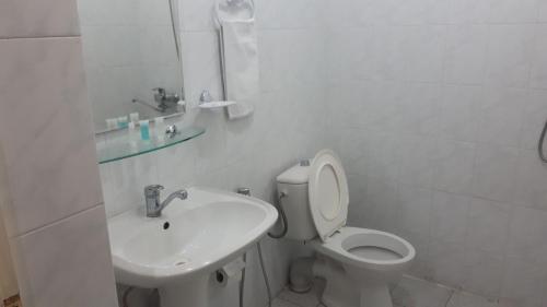Um banheiro em AZPETROL HOTEL GAZAX