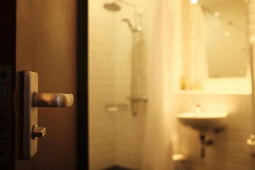 A bathroom at Best Western Garfield House Hotel