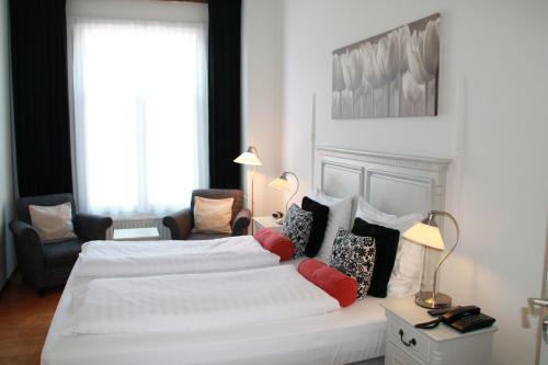 A bed or beds in a room at De Doelen
