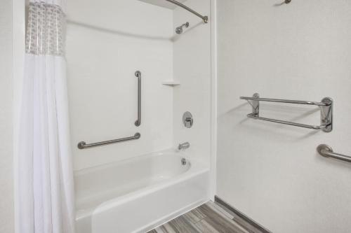 A bathroom at Hampton Inn Pittsburgh University Medical Center