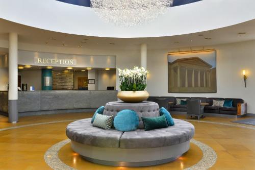 Лобби или стойка регистрации в Best Western Premier Parkhotel Kronsberg