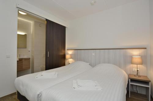 A bed or beds in a room at Hotel Graaf Bernstorff