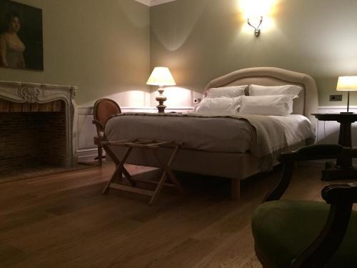 Ein Bett oder Betten in einem Zimmer der Unterkunft Hôtel de Londres