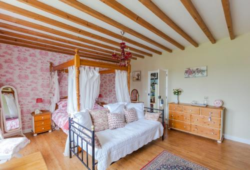 A bed or beds in a room at The Old Farm of Amfreville